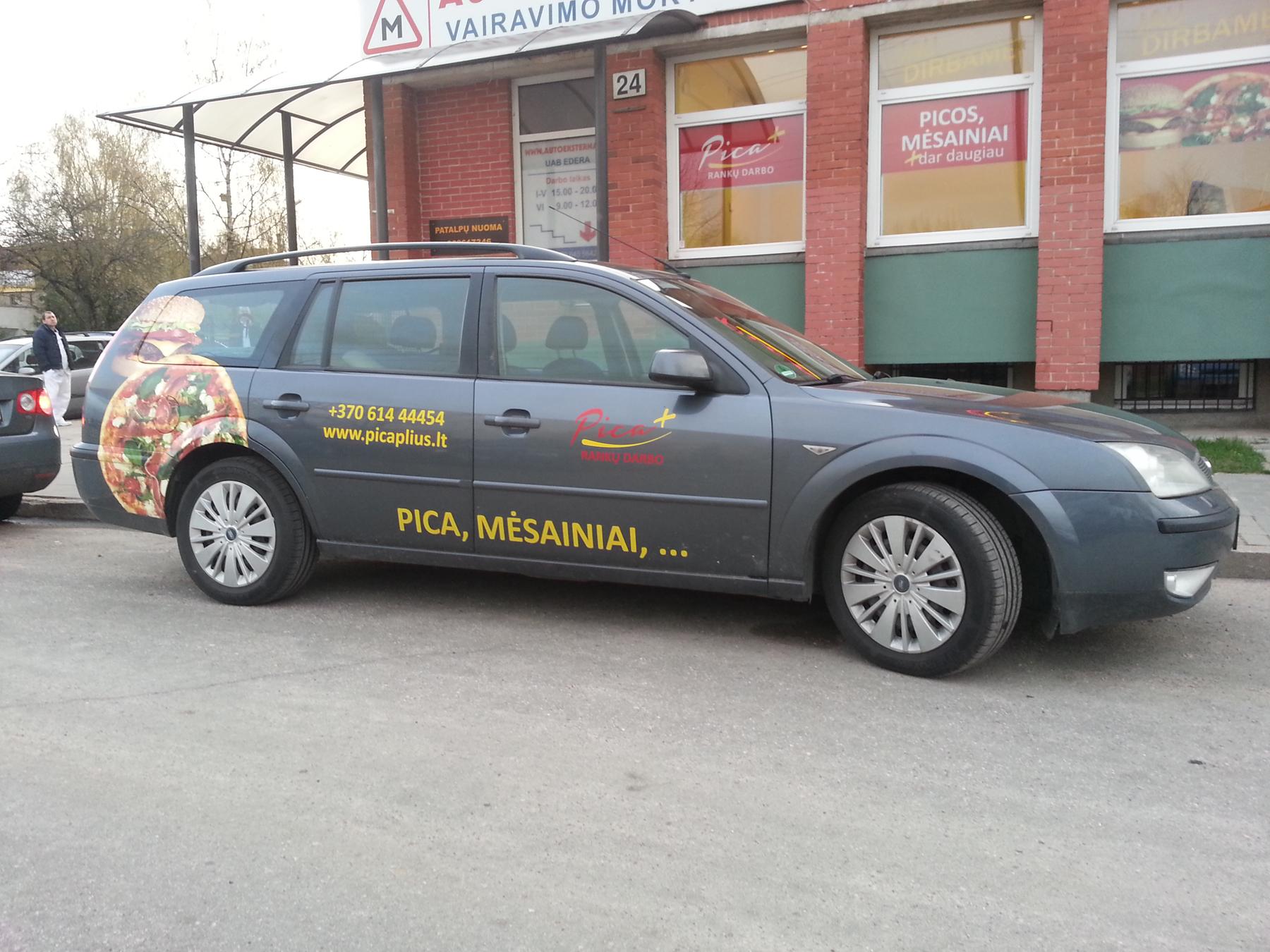 Automobilio apklijavimas fotoplakatais ir logotipais is lipnios pleveles ORACAL 551 serijos