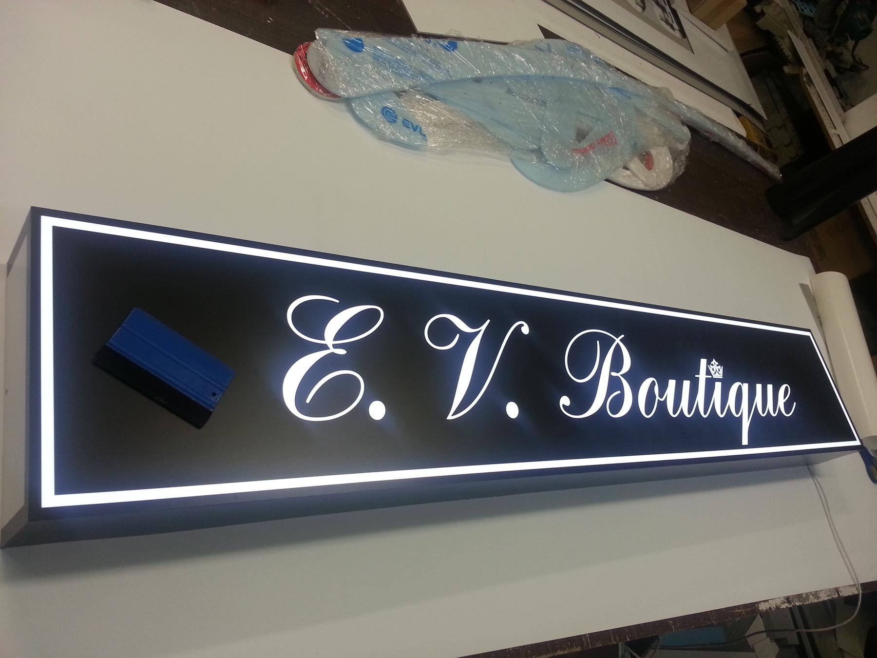 Iskabos sviesdezes gamyba drabuziu parduotuvei su LED sviesos diodu apsvietimu