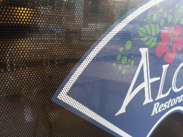 """Vitrinos apklijavimas perforuota """"ONE Way Vision"""" plėvele. Restoranas «ALOHA»"""